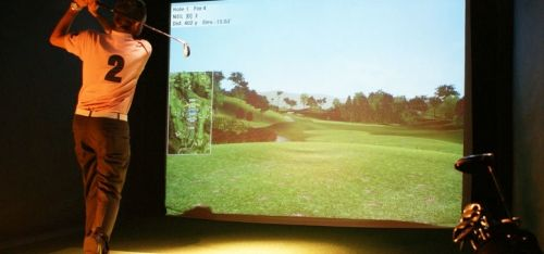 £17 for an hour in a private indoor golf bay and pizza for up to four people or £29 for up to eight people for two hours and two pizzas at Golf bar Leeds - save up to 54%